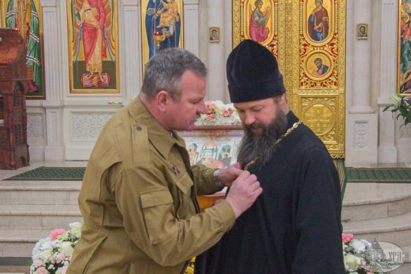 Вручение памятной награды настоятелю Троицкого храма